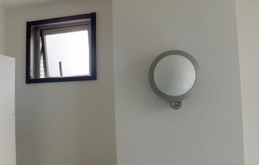 高い位置の換気窓と、センサーライトで明るい室内