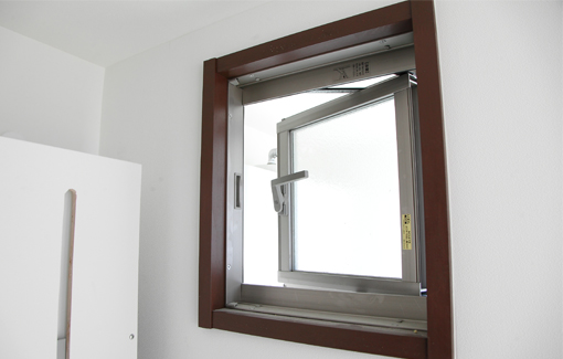 高い位置の換気窓